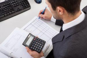 Księgowy oblicza koszty leasingu