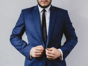 biznesmen w garniturze - wybór konta bankowego