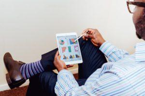 mężczyzna z tabletem wnioskuje o kredyt firmowy